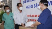 Chairman of the HCMC People's Committee Phan Van Mai visits the Covid-19 Intensive Care Center run by the Hue Central Hospital placed at the field hospital No.14. (Photo: SGGP)