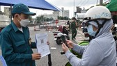 """Residents provide QR Code for the """"inner-city transport"""" at a Covid-19 checkpoint. (Photo: SGGP)"""