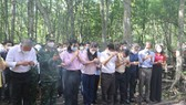 The delegation offers incenses and flowers to heroic martyrs at the Rung Sac Military Base in Can Gio District.