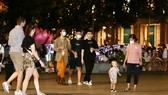 People flocks to Nguyen Hue walking street in District 1. (Photo: SGGP)