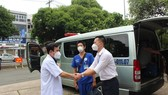 Prof. PhD. Dr. Le Dinh Thanh, Director of Thong Nhat Hospital talks with medical staff on departure day. (Photo: SGGP)