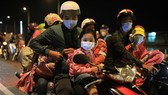 Many people flock to their hometown  by motorcycle. (Photo: SGGP)