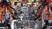 Một phân xưởng lắp ráp ô tô bằng robot. Ảnh: AP
