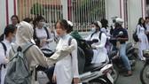 Học sinh Trường THPT Thủ Thiêm (quận 2) đứng chờ phụ huynh đón ở cổng trường