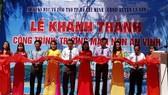 Đại diện Sở GD-ĐT TPHCM và UBND huyện Lý Sơn cắt băng khánh thành Trường Mầm non An Vĩnh