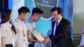 Thứ trưởng Bộ GD-ĐT Nguyễn Hữu Độ trao giải nhất cho các thí sinh. Ảnh: HOÀNG HÙNG