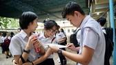 Thí sinh trao đổi sau giờ làm bài thi môn ngoại ngữ tại TPHCM