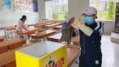 Vệ sinh lớp học tại Trường Tiểu học Nguyễn Trãi (quận 12). Ảnh: TIỂU TÂN