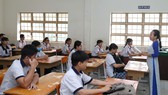 Thí sinh nghe phổ biến quy chế thi sáng 15-5 tại điểm thi Trường THCS Bình Chánh. Ảnh: HOÀNG HÙNG