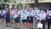 Các em học sinh tập trung theo sơ đồ phòng thi tại sân trường.