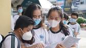 Thí sinh tại điểm thi THPT Nguyễn Thượng Hiền (quận Tân Bình, TPHCM) trao đổi khi kết thúc môn thi tiếng Anh, chiều 10-8-2020. Ảnh: HOÀNG HÙNG
