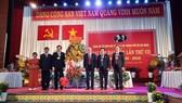 Đồng chí Phan Nguyễn Như Khuê đại diện Ban chấp hành Đảng bộ TP trao tặng lẵng hoa chúc mừng đại hội