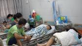 Các em học sinh nhập viện nghi ngộ độc thực phẩm đang điều trị tích cực tại Bệnh viện Quận 2