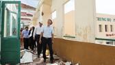 Phó Chủ tịch UBND TPHCM  Võ Văn Hoan kiểm tra  sự cố tốc mái ở Trường THPT Bình Phú. Ảnh: HOÀNG HÙNG