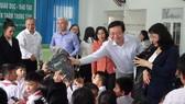 Đoàn công tác Sở GD-ĐT TPHCM tặng quà cho các em ở trung tâm