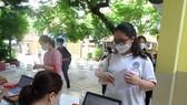 Lãnh đạo Sở GD-ĐT TPHCM kiểm tra việc lấy mẫu xét nghiệm thí sinh kỳ thi tốt nghiệp THPT