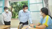 Chủ tịch UBND TPHCM Nguyễn Thành Phong động viên thí sinh tại điểm thi Trường THPT Lương Thế Vình, quận 1. Ảnh: CAO THĂNG