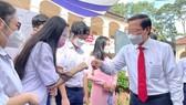 Chủ tịch UBND TPHCM Phan Văn Mãi thăm hỏi các em học sinh tại lễ khai giảng Trường THPT chuyên Lê Hồng Phong, sáng 5-9. Ảnh: HOÀNG HÙNG