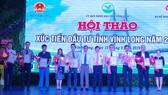 Ông Trần Văn Rón, Bí thư Tỉnh ủy Vĩnh Long trao quyết định đăng ký đầu tư cho 12 dự án