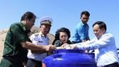 Tặng bồn chứa nước ngọt cho người dân vùng hạn mặn