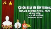 Chủ tịch UBND tỉnh Vĩnh Long (trái) trao hoa chúc mừng tân Phó Chủ tịch