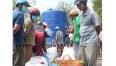 Dùng sà lan chuyển 6.000 m³ nước ngọt cho người dân vùng hạn mặn