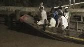 Lực lượng chức năng đến hiện trường tìm kiếm các nạn nhân từ tối qua. Ảnh người dân cung cấp