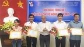 Ông Trần Cao Tư, Chủ tịch Hội Nhà báo tỉnh Bến Tre (giữa) chúc mừng các tác giả có tác phẩm đoạt giải Nhì