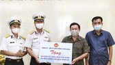 Bộ Tư lệnh Vùng 5 Hải quân tặng nhu yếu phẩm cho người dân