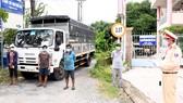 Phát hiện 3 người trốn phía sau thùng xe tải tại Trà Vinh