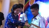 Bà Nguyễn Thị Như Thủy, Chủ tịch Hội đồng hương Sóc Trăng tại TPHCM tuyên dương thiếu nhi học tập tốt.