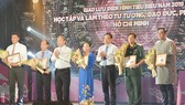 Đồng chí Võ Văn Phuông và đồng chí Trần Lưu Quang chúc mừng các tập thể và cá nhân đã có thành tích trong học tập và làm theo tư tưởng, đạo đức, phong cách Hồ Chí Minh. Ảnh: VIỆT DŨNG