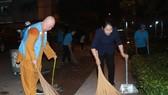 Phó Bí thư Thành ủy TPHCM Võ Thị Dung tham gia quét rác cùng phật tử chùa Liên Hoa