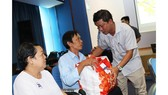 Phó Chủ tịch thường trực Liên đoàn lao động TPHCM trao quà tết công nhân bị tai nạn lao động