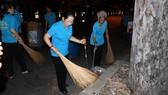 Đồng chí Võ Thị Dung, Phó Bí thư Thành ủy TPHCM cùng phật tử chùa Liên Hoa ra quân dọn vệ sinh đường phố vào ngày cuối năm