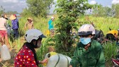 Người dân Bến Tre vui mừng nhận nước ngọt tiếp sức từ TPHCM