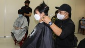 Trao sổ tiết kiệm, cắt tóc miễn phí cho người lao động