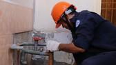 Nhân viên ngành nước xử lý đường ống phục vụ người dân