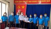 Đại diện LĐLĐ TP và Ngân hàng Sacobank trao hỗ trợ bà Tô Thị Ngọc Thủy, Phó Chủ tịch LĐLĐ quận 6