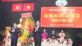 Đồng chí Nguyễn Hồ Hải, Trưởng ban Tổ Chức Thành ủy TPHCM tặng hoa chúc mừng đại hội