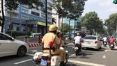 Lực lượng CSGT ghi hình các phương tiện trên đường Trần Hưng Đạo sáng 17-8
