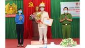 Thiếu tướng Trần Đức Tài, Phó Giám đốc Công an TPHCM và đồng chí Phan Thị Thanh Phương, Bí thư Thành đoàn TNCS TPHCM chúc mừng chiến sĩ công an trẻ