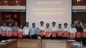 Đồng chí Nguyễn Hữu Hiệp, Trưởng Ban Dân vận Thành ủy TPHCM trao quyết định công nhận Ban Chấp hành Đảng bộ Khối cơ sở Bộ Xây dựng
