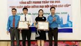 Trao bằng khen của Liên đoàn Lao động TPHCM cho các tập thể xuất sắc trong phong trào thi đua