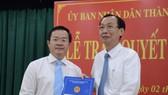 Phó Chủ tịch Thường trực UBND TPHCM trao quyết định phê chuẩn chức danh Chủ tịch UBND quận Bình Thạnh đối với đồng chí Đinh Khắc Huy