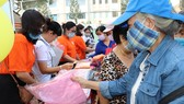 Người dân mua hàng tại phiên chợ 0 đồng