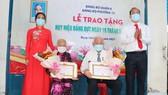 Đồng chí Nguyễn Hồ Hải trao Huy hiệu Đảng cho đảng viên cao tuổi tại quận 6