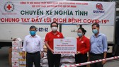 Đại diện Hội Chữ thập đỏ TPHCM trao quà đến người dân khu phong tỏa ngày 8-7