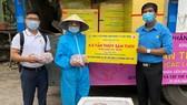 Đại diện Trung tâm Công tác xã hội Công đoàn TPHCM nhận 4,5 tấn cá từ miền Tây gửi tặng công nhân TPHCM