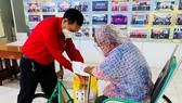 Ông Trần Trường Sơn, Chủ tịch Hội Chữ thập đỏ TPHCM trao quà đến người bán vé số có hoàn cảnh khó khăn trên địa bàn quận Bình Thạnh